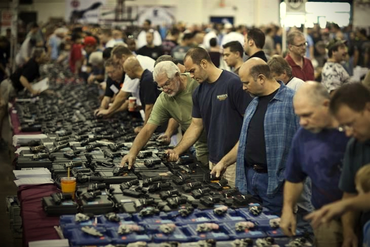 A typical gun show (Jim Lo Scalzo/European Pressphoto Agency)
